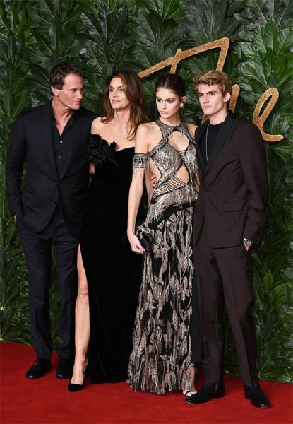 111218-fashion-awards-familia-gerber