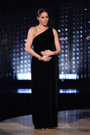 Meghan Markle, que está grávida, faz aparição surpresa no Fashion Awards! Vem ver mais