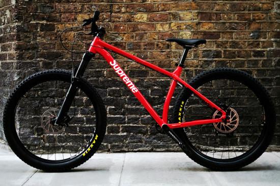 É oficial: a Supreme se juntou a Santa Cruz pra lançar uma mountain bike. Na galeria você confere mais detalhes