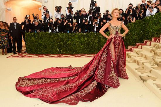 Blake Lively monumental de Versace pra abrir os trabalhos - que tal? No baile do Met! Vem ver mais