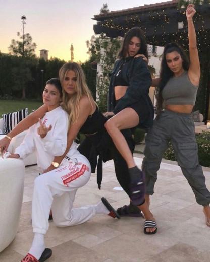 Como se não bastasse o sucesso de Kylie e Kim no mundo da beleza, chegou a vez de Khloé e Kendall apostarem nesse mercado! Clica na foto pra saber mais detalhes
