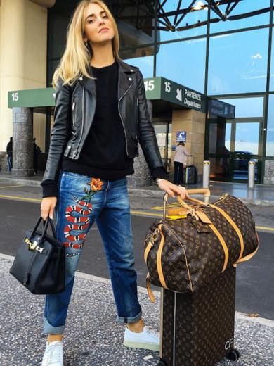 A it-girl Chiara Ferragni opta por um look com mais rocker com jaqueta de couro, que tal? Vem ver mais na galeria
