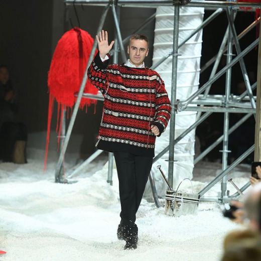 Depois de alguns boatos, é oficial: Raf Simons não faz mais parte da Calvin Klein! Vem saber mais detalhes.