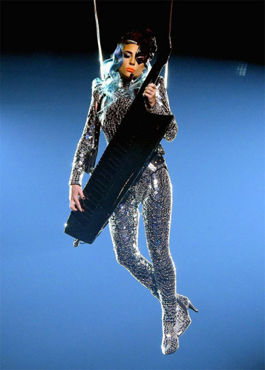 Lady Gaga abre o show com peruca azul, um acessório de olho Lara Jensen e um macacão espelhado Tom Ford - vem ver mais