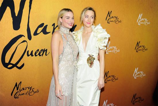 """Colegas: olha a Margot Robbie e a Saoirse Ronan no tapete vermelho da estreia de """"Duas Rainhas""""!"""