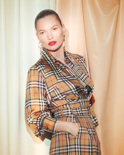 Kate Moss posa com look da colab de Vivienne Westwood e Burberry - vem ver mais!