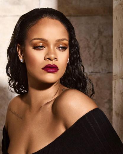 Rihanna definitivamente é nossa rainha de beleza e diversidade e não cansamos de amá-la! Vem ver o seu mais novo lançamento aqui na galeria!