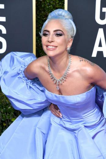 Lady Gaga combinou o vestido com o cabelo! Vem ver mais looks do Globo de Ouro 2019