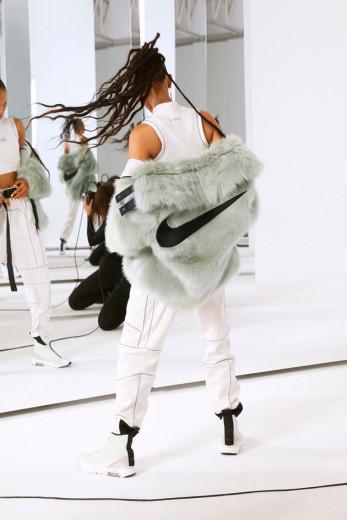 Que tal esse casaco fake fur (pele falsa) bem fashionista? Vem as fotos da colab NikeXAmbush!