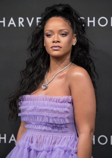 debaf29054ce7 Rihanna processa o pai - e deve lançar uma linha de óculos escuros! - Lilian  Pacce