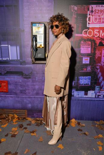 Naomi Campbell marcou presença em Paris na fila A da Louis Vuitton e aproveitou pra exibir o visual novo - bem maravilhoso! Clica na foto pra ver mais!