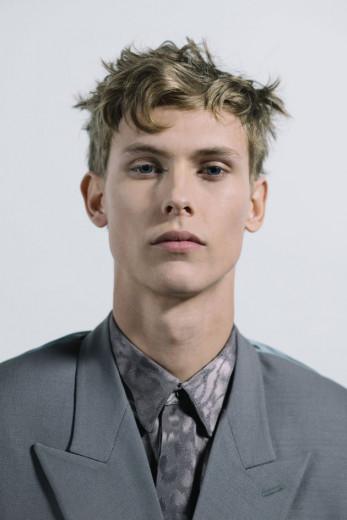 Que tal o make do modelo do desfile masculino da Dior? A gente te conta como fazer - é só clicar na foto!
