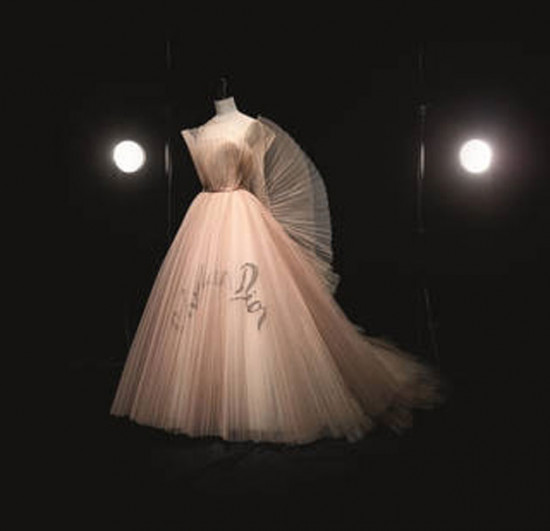 Dior ganha a maior exposição já vista no Reino Unido de um estilista francês! Vem ver mais!