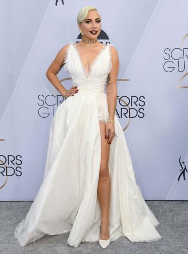 Lady Gaga de Dior, da coleção alta-costura desfilada semana passada em Paris! Clique na foto e confira os looks do Sag Awards 2019!