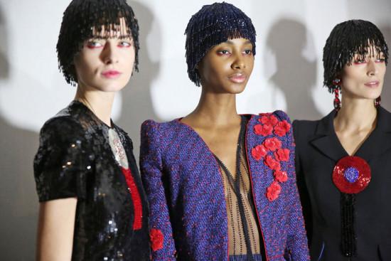Vem ver quais marcas usaram toucas na coleção de alta-costura! Aqui modelos da Armani Privé