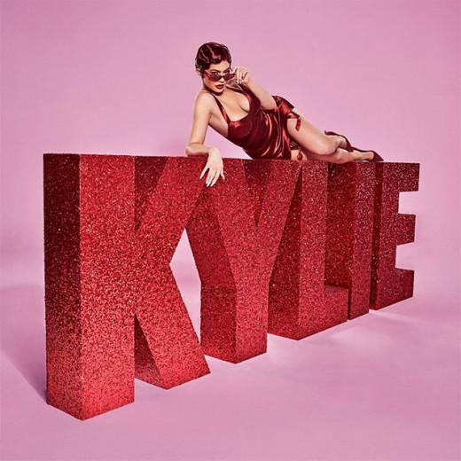 Kylie Jenner vai lançar sua coleção de Dia dos Namorados e apostou em um look todo vermelho - inclusive o cabelão! Clica na foto pra ver mais detalhes!