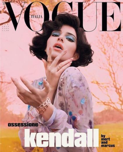"""Kendall Jenner estampa a capa da """"Vogue"""" italiana nova em um clima bem retrô! Vem ver mais fotos aqui!"""