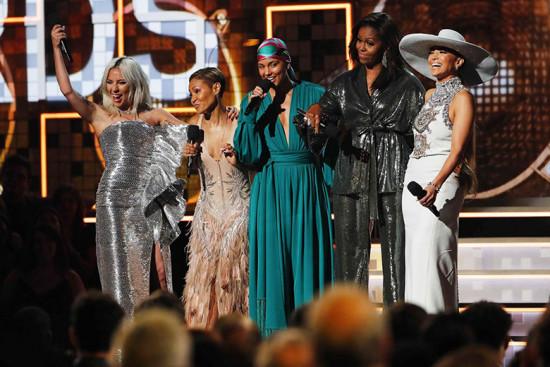 Gaga (de Celine), Jada Pinkett Smith (de Roberto Cavalli), Alicia Keys, Michelle Obama (de Sachin & Babi) e Jennifer Lopez (de Ralph & Russo) - vem ver mais do Grammy aqui na galeria!