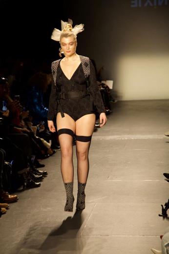 Quem abriu o desfile da Undertop é a Khrystyna, modelo que milita pela quebra de padrões de beleza na moda - vem ver mais
