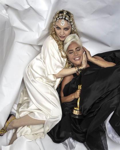 Oi, colegas! Madonna abraça Lady Gaga segurando um Oscar e promove a paz mundial! O clique foi feito na casa da modelo brasileira Michele Alves e do marido Guy Oseary, o empresário de Madonna. Vem ver mais looks das festas pós-Oscar