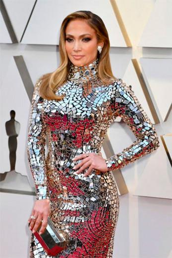 Jennifer Lopez não precisa de muito pra ficar bonita, né? A musa apostou no cabelo dividido ao meio e um olho bem esfumado - clica na foto pra ver mais!