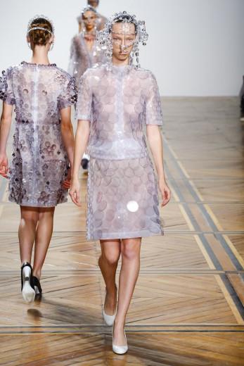 """A marca Anrealage, do japonês Kunihiko Morinaga, fez um desfile diferentão em que as roupas mudavam de cor! <a href=""""https://www.lilianpacce.com.br/moda/fez-se-a-luz-nessa-expo-de-moda-na-japan-house/"""" target=""""_blank"""">A gente já entrevistou Morinaga quando ele veio pro Brasil.</a> Vem ver mais aqui"""