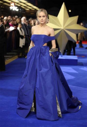 """Brie Larson apareceu na pré-estreia de """"Capitã Marvel"""" em Londres com esse Valentino incrível! Vem ver mais do recorte lateral na cintura"""