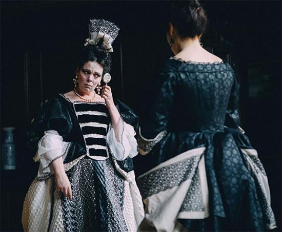 """Cena de """"A Favorita"""" com Olivia Colman no papel de rainha Anne e Rachel Weisz de costas como Lady Sarah - o figurino de Sandy Powell está concorrendo ao Oscar! Vem ver mais"""