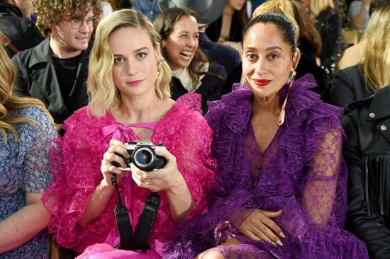 """Brie Larson levou uma câmera pra registrar tudo! Olha a atriz de """"Capitã Marvel"""" ao lado da Tracee Ellis Ross!"""