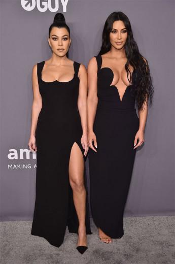 Kourtney Kardashian e Kim Kardashian West foram de Versace, que tal? Vem ver as modelos!