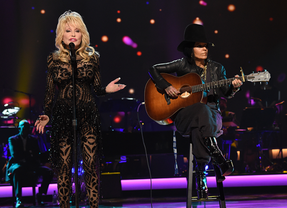 90219-pre-grammy-dolly-parton-lisa-perry