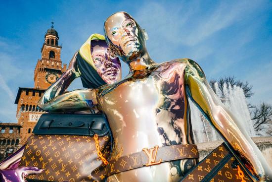 Os humanóides invadiram Milão com acessórios da coleção de primavera-verão 2019 de Virgil Abloh pra Louis Vuitton - vem ver mais clicando na foto!