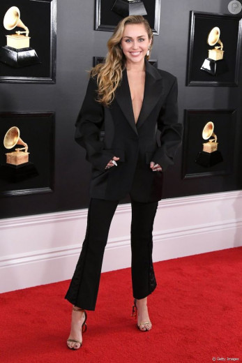 Terninho pra elas: olha esse conjunto Mugler da Miley Cyrus que ela usou no Grammy! E vem ver mais na galeria!