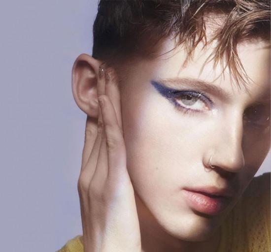 Seja rosa ou azul, vai ter menino de make, sim! Troye Sivan está aqui pra provar isso na nova campanha da Glossier Play