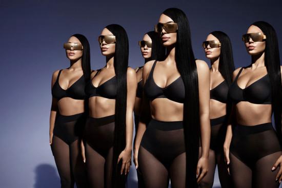 Kim Kardashian e seus clones pra sua primeira linha de óculos de sol em parceria com Carolina Lemke - vem ver mais clicando na foto!