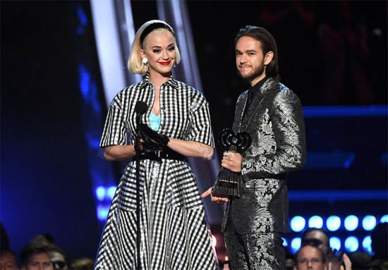 """Katy Perry de vestido Paskal com Zedd, seu parceiro na música """"365"""""""