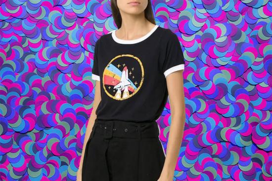 """Foguetinho na camiseta da Andrea Bogosian (<a href=""""https://rstyle.me/+KmxgaWXuoEvAG1dwspeN3A"""" target=""""_blank"""">R$ 309, compre aqui no link</a>) - veja mais opções aqui na galeria!"""