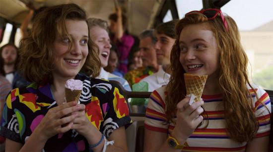 Eleven (Millie Bobby Brown) aderiu à camisa estampada de manga curta - aqui com a Max (Sadie Sink)! Vem ver as opções de camisa retrô aqui na galeria