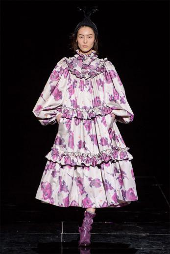 É a hora e a vez do vestido oversize! Olha esse do Marc Jacobs - vem ver mais na galeria