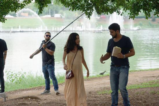 Laila (Julia Dalavia) e Jamil (Renato Góes) na gravação no parque do Ibirapuera
