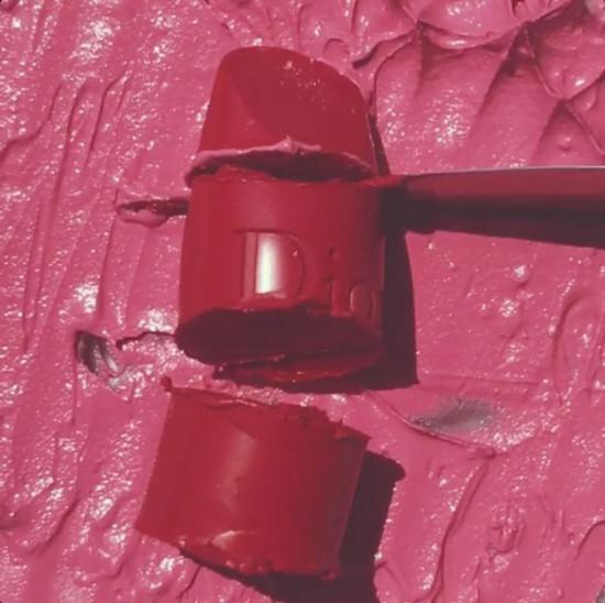 Emily Dougherty mostra que nem as marcas mais conhecidas e caras do mercado escapam da sua arte... de amassar e destruir batons!