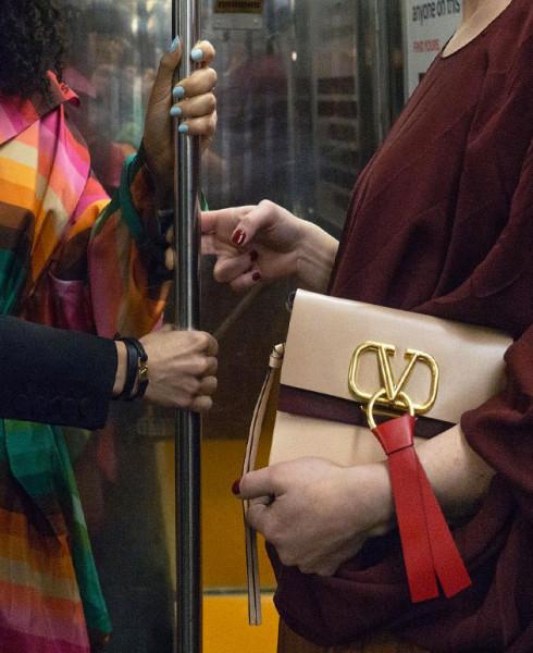 27.03-Subway-Hands