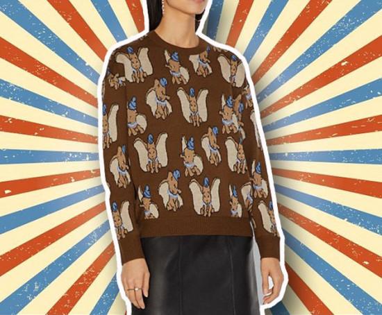 """Suéter de jacquard da Coach, da coleção Coach x Disney <a href=""""https://rstyle.me/+G_Co-zv1hE6TySnStfLYdg""""target=""""_blank"""">por US$ 395 (aprox. R$ 1.540). Compre aqui!</a> E vem ver mais na galeria!"""