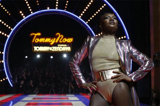 Grace Jones fechou a apresentação da coleção TommyXZendaya, uma parceria entre Tommy Hilfiger e a atriz, ao som de uma música sua! Olha o close!
