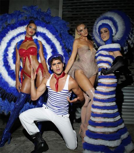 Lais Ribeiro, Jhona Burjack, Carol Trentini e Camila Coutinho prontos pra entrar na avenida - os looks são de Gaultier pra Portela! Chic!