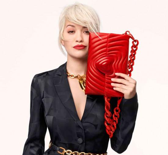 Escada e Rita Ora lançam uma bolsa que ajuda a instituição Woman for Woman. Vem ver!