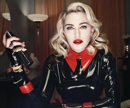 Madonna, poderosa, com um dos produtos da MDNA - vem ver as nécessaires da Moschino aqui na galeria!