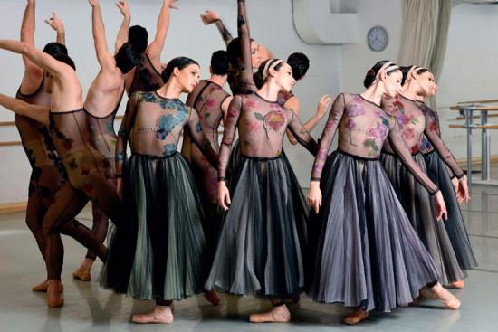 """Os figurinos do balé """"Nuit Blanche"""" foram desenhados por Maria Grazia, diretora artistica da Dior. Vem ver!"""