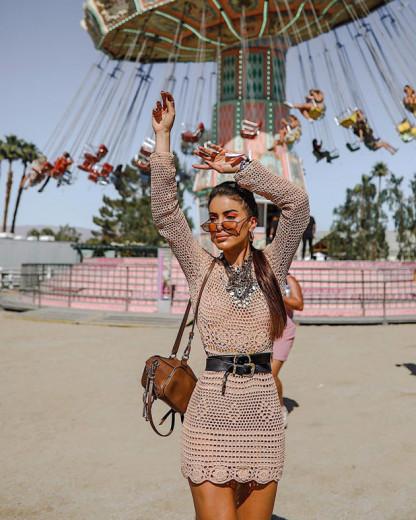 Camila Coelho (@camilacoelho) de crochê e cheia de colares no primeiro dia de evento - clica aqui pra ver mais!