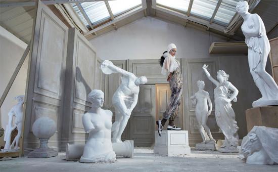 Look Dior ao lado das estátuas - vem ver mais de Rihanna na galeria!